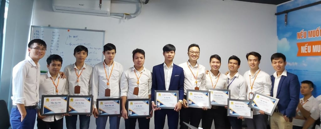 trao giay khen nvxs 1024x412 Phần mềm Ninja khen thưởng Nhân Viên Xuất Sắc tháng 10.2019