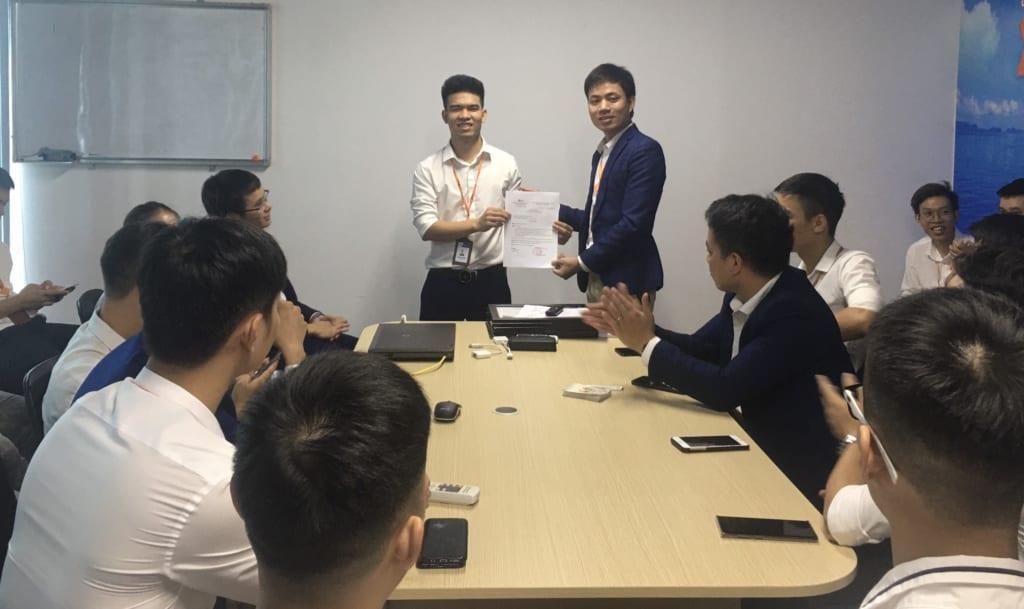 trao tang nhan vien xs1 1 1024x609 Khen thưởng nhân viên kinh doanh xuất sắc tháng 6.2020