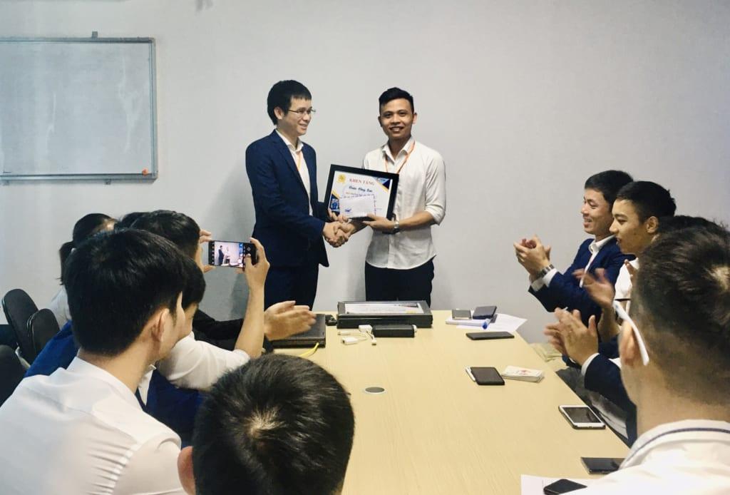trao tang nhan vien xs2 1024x694 Khen thưởng nhân viên kinh doanh xuất sắc tháng 6.2020