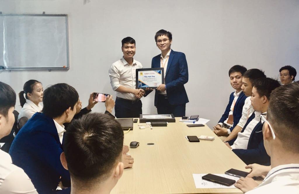trao tang nhan vien xs3 1 1024x665 Khen thưởng nhân viên kinh doanh xuất sắc tháng 6.2020