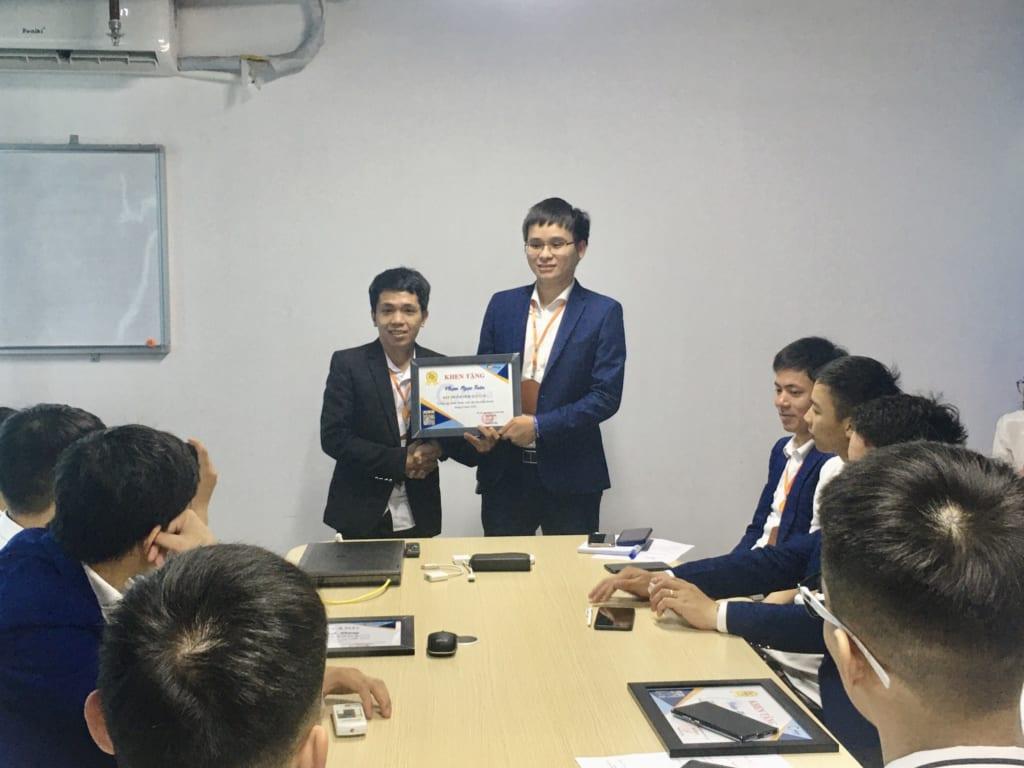 trao tang nhan vien xs4 1024x768 Khen thưởng nhân viên kinh doanh xuất sắc tháng 6.2020