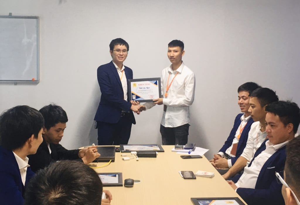 trao tang nhan vien xs5 2 1024x699 Khen thưởng nhân viên kinh doanh xuất sắc tháng 6.2020