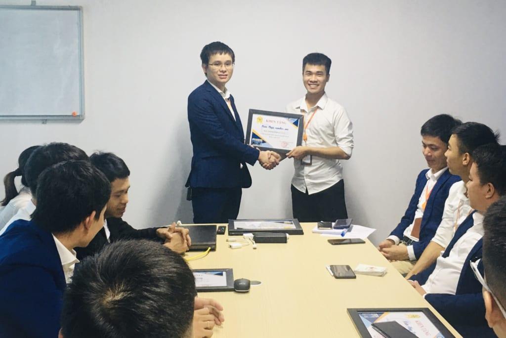 trao tang nhan vien xs6 1024x684 Khen thưởng nhân viên kinh doanh xuất sắc tháng 6.2020