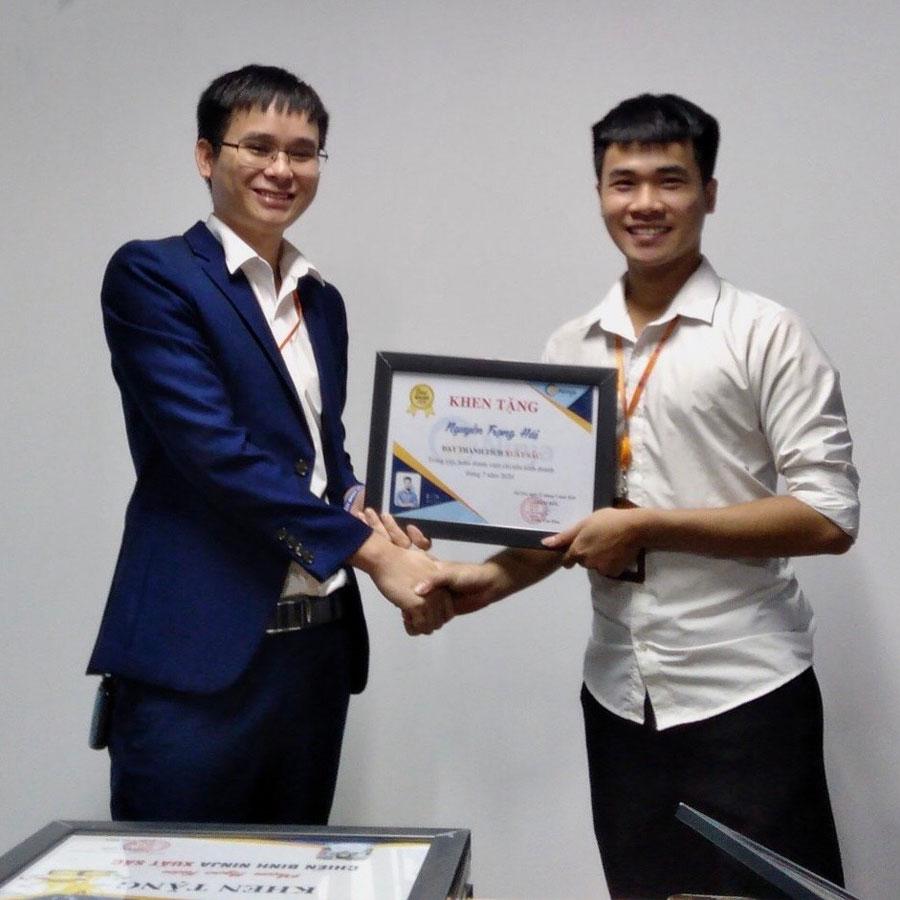 anh hải Phần mềm Ninja trao thưởng nhân viên xuất sắc tháng 7