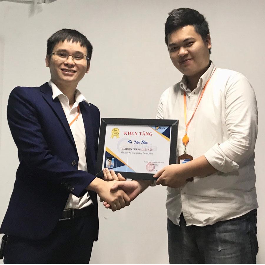 anh tâm Phần mềm Ninja trao thưởng nhân viên xuất sắc tháng 7