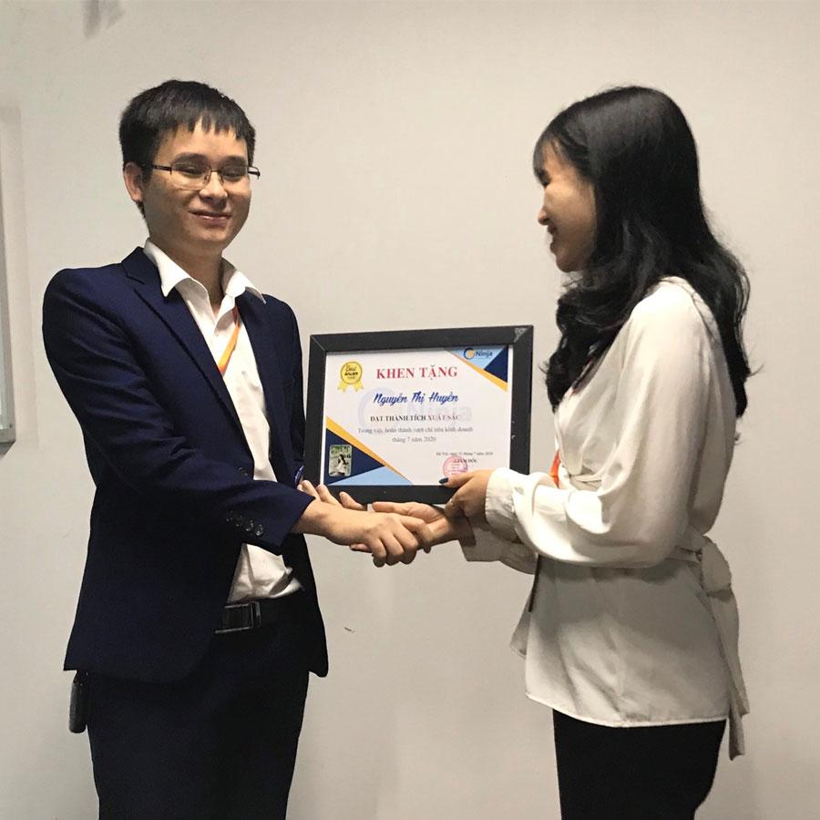 huyền Phần mềm Ninja trao thưởng nhân viên xuất sắc tháng 7